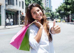 Kobieta z zakupami