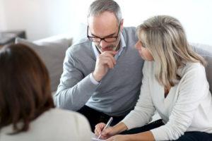 Para podpisuje umowę o pożyczkę