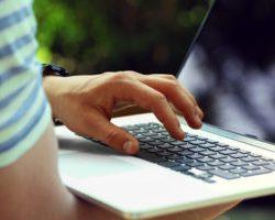 Mężczyzna trzymający laptopa